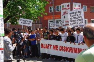 """Pristina, 11 mai 2010: Manifestation pour la réintégration d'une écolière exclue pour avoir porté le voile à l'école. """"Cessez les discriminations"""" réclame la banderole rouge - par Pierre Bonifassi"""
