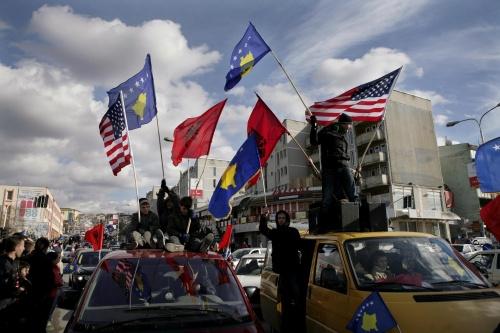 Le Kosovo fête son independance, arborant les drapeaux kosovar, albanais et americain
