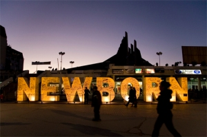 """Le monument """"Newborn"""" a Pristina. Le Kosovo est le plus jeune Etat d'Europe en moyenne d'age."""