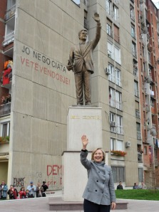 "Hillary devant la statue de son mari, sur le boulevard ""Bill Klinton"""