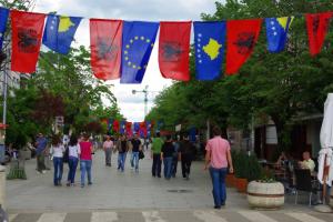 Les drapeaux kosovar et albanais traditionnellement associés, comme ici lors de la Fete de l'Europe (9 mai 2010) - par Pierre Bonifassi
