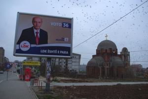 Isa Mustafa, maire de Pristina et leader de la LDK. Au second plan, l'Eglise orthodoxe de Pristina