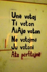 """""""Je vote, tu votes, il/elle vote, nous votons, vous votez... ils profitent!"""", l'un des slogans de Vetëvendosje"""