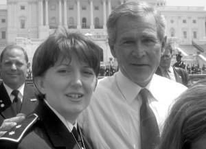 Atifete Jahaga, ici avec George W. Bush, deviendrait la nouvelle présidente du Kosovo et sortirait provisoirement le pays de la crise politique